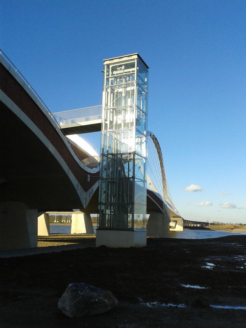 """foto van Trappenhuis Stadsbrug """"de oversteek"""" nijmegen"""